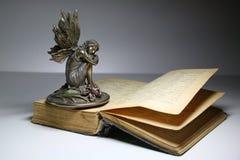 Vecchio libro ed angelo Immagine Stock