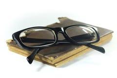 Vecchio libro ed occhiali fotografie stock
