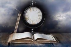 Vecchio libro ed orologio senza mani Fotografia Stock Libera da Diritti