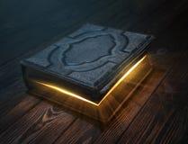 Vecchio libro magico sulla tavola di legno Fotografia Stock Libera da Diritti