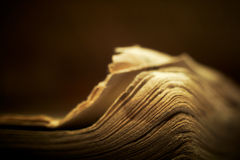 Vecchio libro religioso con illuminazione spiritosa. fotografie stock