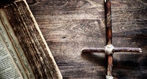 Vecchio libro religioso su una tavola di legno Uno spirito legato incrocio religioso fotografia stock