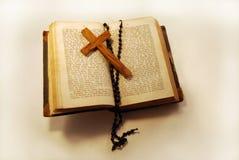 Vecchio libro, rosario e traversa Fotografia Stock Libera da Diritti