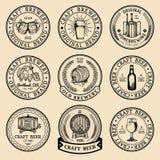 Vecchio logos della fabbrica di birra messo Segni della birra di Kraft i retro con la mano hanno schizzato il vetro, il barilotto illustrazione vettoriale