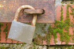 Vecchio lucchetto arrugginito retro Immagine Stock
