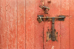 Vecchio lucchetto arrugginito sul portello di legno Obbligazione domestica immagine stock
