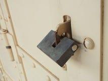 Vecchio lucchetto su un portello di legno Fotografia Stock Libera da Diritti