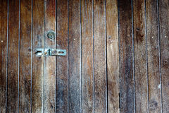 Vecchio lucchetto su un portello di legno Fotografie Stock