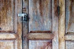 Vecchio lucchetto su un portello di legno Immagini Stock Libere da Diritti