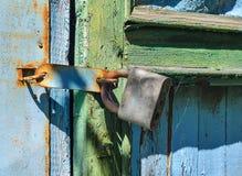 Vecchio lucchetto su un portello di legno Retro struttura di vecchia porta Immagine Stock