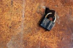 Vecchio lucchetto su una porta arrugginita del metallo Fotografie Stock