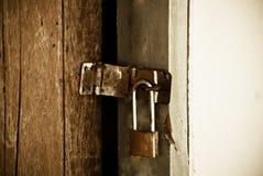 Vecchio lucchetto su una porta di legno Fotografia Stock Libera da Diritti