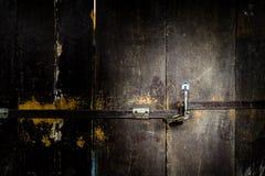 Vecchio lucchetto su una porta di legno - concetto di sicurezza Immagini Stock