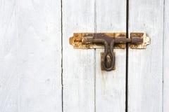 Vecchio lucchetto sulla vecchia porta di legno Immagini Stock