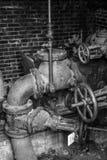 Vecchio macchinario della cabina delle pompe in bianco e nero immagini stock