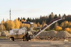 Vecchio macchinario della strada della costruzione, fresatura della pavimentazione o scarificazione Immagine Stock Libera da Diritti