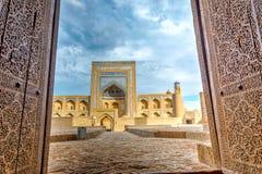Vecchio madrassa attraverso la porta, Khiva fotografia stock libera da diritti