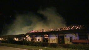 Vecchio magazzino su fuoco stock footage