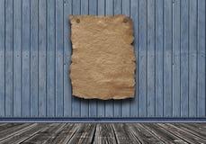 Vecchio manifesto di carta sulla parete d'annata di legno immagini stock libere da diritti