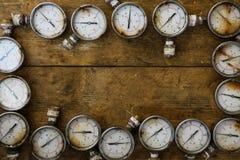 Vecchio manometro o manometro di danno di olio e di industria del gas su fondo di legno, attrezzatura del processo di produzione Fotografia Stock Libera da Diritti