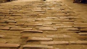 Vecchio mattone gettato un ponte su della strada - Nepal Immagini Stock Libere da Diritti