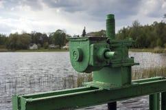 Vecchio meccanismo dell'ascensore della diga Immagini Stock