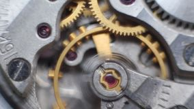 Vecchio meccanismo di ingranaggi dell'orologio del cronometro archivi video