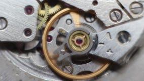 Vecchio meccanismo di ingranaggi dell'orologio del cronometro stock footage