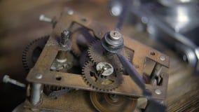 Vecchio meccanismo di ingranaggi dell'orologio del cronometro con il suono del segno di spunta-segno di spunta archivi video