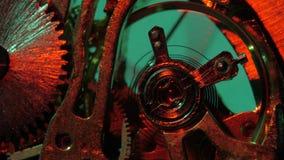 Vecchio meccanismo di ingranaggi dell'orologio Fine in su stock footage