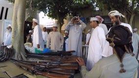 Vecchio mercato della pistola di Nizwa, Oman stock footage
