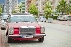 Vecchio Mercedes sulla via del villaggio di Kemer in Turchia dentro può Fotografia Stock