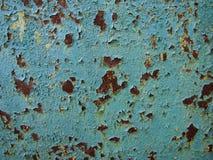 Vecchio metallo arrugginito con il fondo blu due della pittura immagine stock libera da diritti