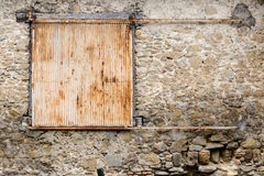 Vecchio metallo solido rustico che fa scorrere gli otturatori in casa di pietra molto vecchia Fotografia Stock