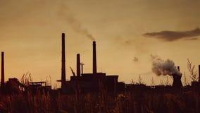 Vecchio metraggio di effetto del film di uno stabilimento chimico che emette vapore ed i residui stock footage