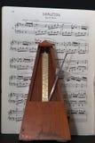 Vecchio metronomo con musica nell'allegro Fotografia Stock