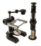 Vecchio microscopio e tubo d'ingrandimento Immagini Stock