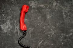 Vecchio microtelefono rosso del telefono fotografie stock