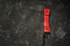 Vecchio microtelefono rosso del telefono fotografia stock libera da diritti