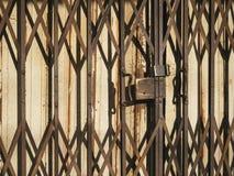 Vecchio modello dell'incrocio di Rusty Textured Metal Door Shutter Immagine Stock Libera da Diritti