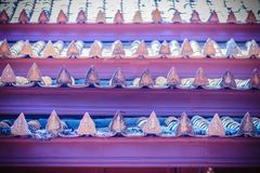 Vecchio modello delle mattonelle di tetto della porcellana in tempio buddista della Tailandia Immagine Stock Libera da Diritti