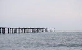 Vecchio molo abbandonato alla spiaggia di Alleppey, Kerala, India - sfondo naturale Fotografia Stock