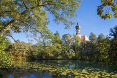 Vecchio monastero bavarese con lo stagno, Germania Immagini Stock Libere da Diritti