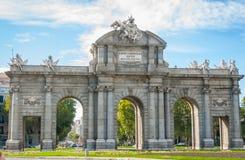 Vecchio monumento di pietra dell'ingresso usato una volta per accogliere favorevolmente i nobili ed i Royals alla città di Madrid Fotografia Stock