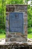 Vecchio monumento di pietra eretto per onorare coloro che ha combattuto al carillon forte, New York, 2014 immagini stock libere da diritti