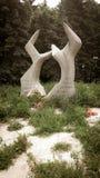 Vecchio monumento di pietra nella montagna in Europa sudorientale fotografia stock