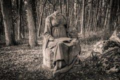 Vecchio monumento - donna senza una testa Immagine Stock Libera da Diritti