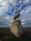 Vecchio monumento sotto forma di maschio fiero Fotografia Stock