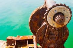 Vecchio morsetto del metallo sul trasporto del bacino, corno del trave, industria, marina Fotografie Stock Libere da Diritti