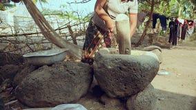 Vecchio mortaio di pietra, mortaio tradizionale stock footage